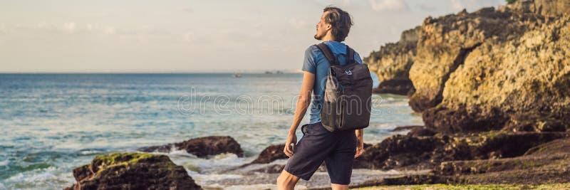 Junge Tourist auf Pantai Tegal Wangi Beach, Bali Island, Indonesien Bali Travel Concept BANNER, LONG FORMAT stockbilder