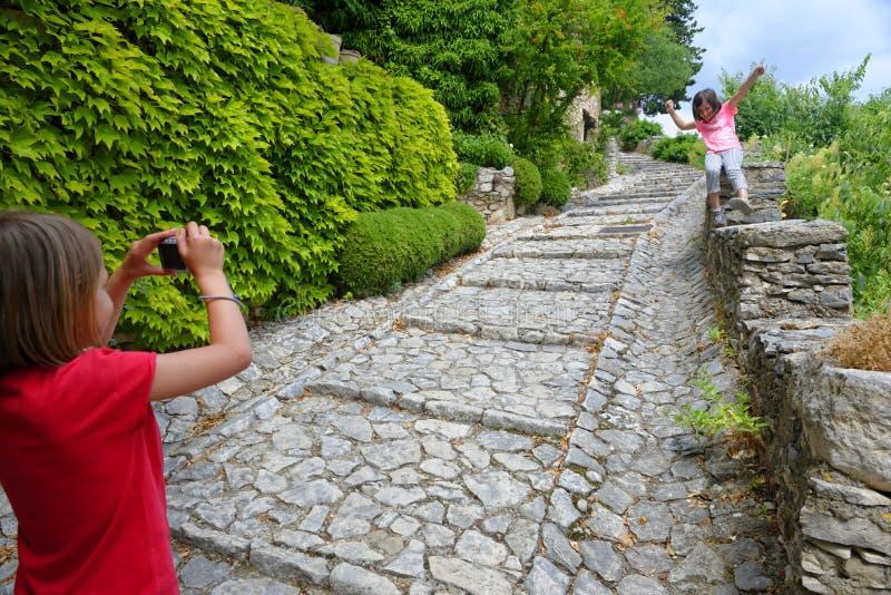 Junge Touristen in Joucas stockbild