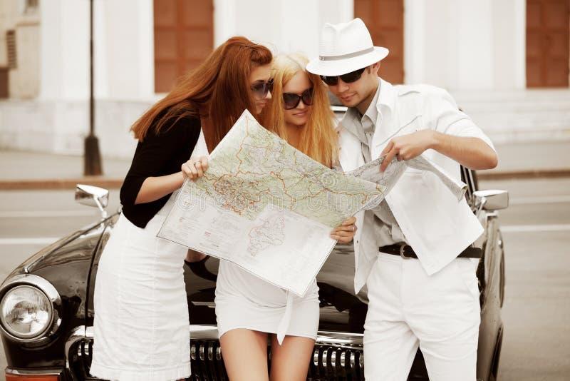 Junge Touristen mit einer Straßenkarte. stockfoto