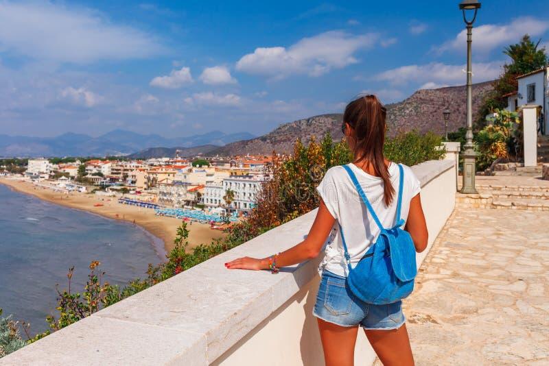 Junge touristische Frau auf dem Strand und der Seelandschaft mit Sperlonga, Lazio, Italien Szenisches Dorf des beliebten Erholung lizenzfreie stockfotos