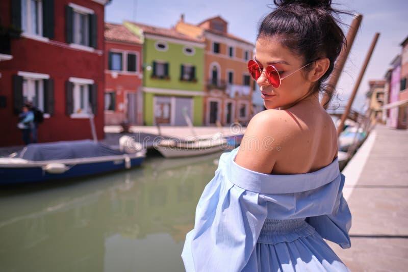 Junge touristische Frau in der alten italienischen bunten Stadt lizenzfreies stockfoto