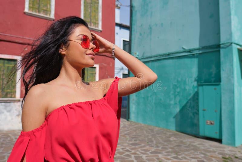 Junge touristische Frau in der alten italienischen bunten Stadt stockfoto
