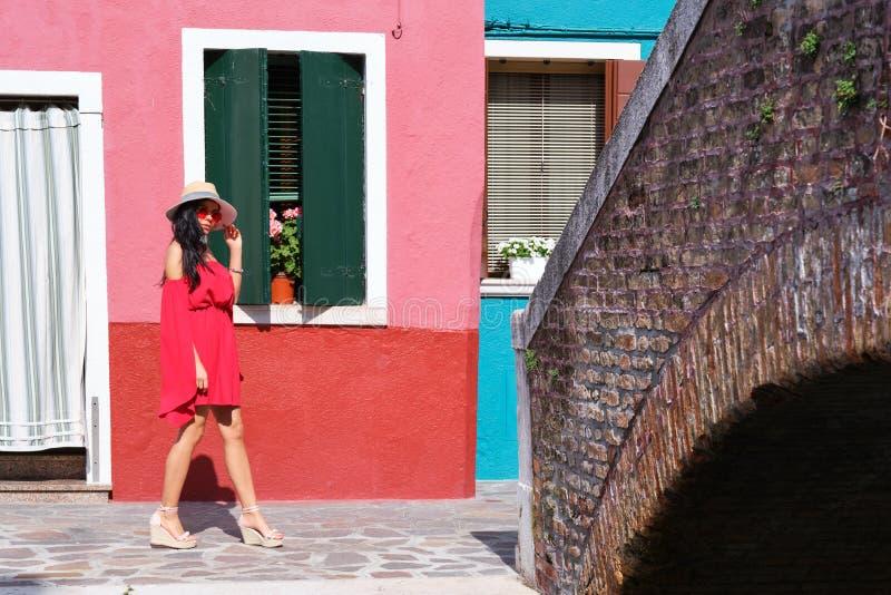 Junge touristische Frau in der alten italienischen bunten Stadt stockfotos