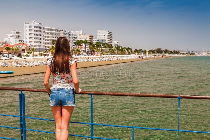 Junge touristische Frau, die mittelalterliches Schloss in Larnaka, Zypern betrachtet stockfotografie