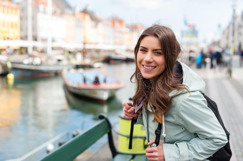 Junge touristische Frau, die Skandinavien besichtigt stockbilder