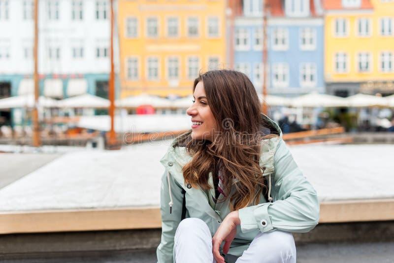 Junge touristische Frau, die Skandinavien besichtigt lizenzfreie stockfotografie