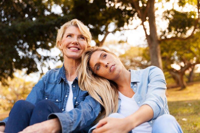 Junge träumende Tochtermutter lizenzfreie stockfotos