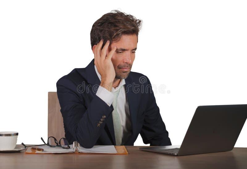 Junge traurige und deprimierte Geschäftsmannfunktion überwältigt und frustriert auf Laptop-Computer Schreibtischgefühlsumkippen stockfotografie