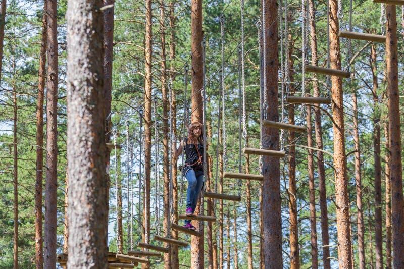 Junge trotzen der Frau, die im Abenteuerseilpark klettert lizenzfreie stockbilder