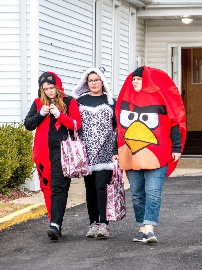 junge Tweens, Kindernicht ziemlich Jugendjahre, sind- heraus Trick oder, behandelnd während eines Halloween-Ereignisses lizenzfreie stockfotos