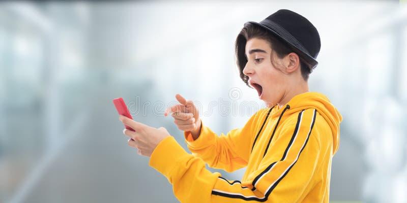 Junge umgearbeiteter Handy lizenzfreie stockbilder