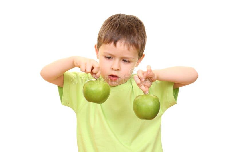 Junge und Äpfel lizenzfreie stockfotos