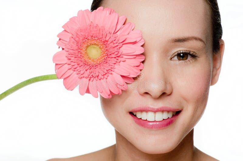 Junge und attraktive Frau mit Blume stockfotografie