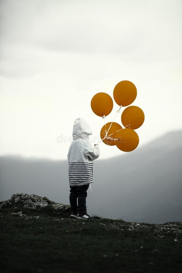 Junge und Ballone lizenzfreie stockfotografie
