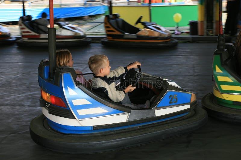 Junge und ein Mädchen an der Spaßmesse lizenzfreie stockfotografie