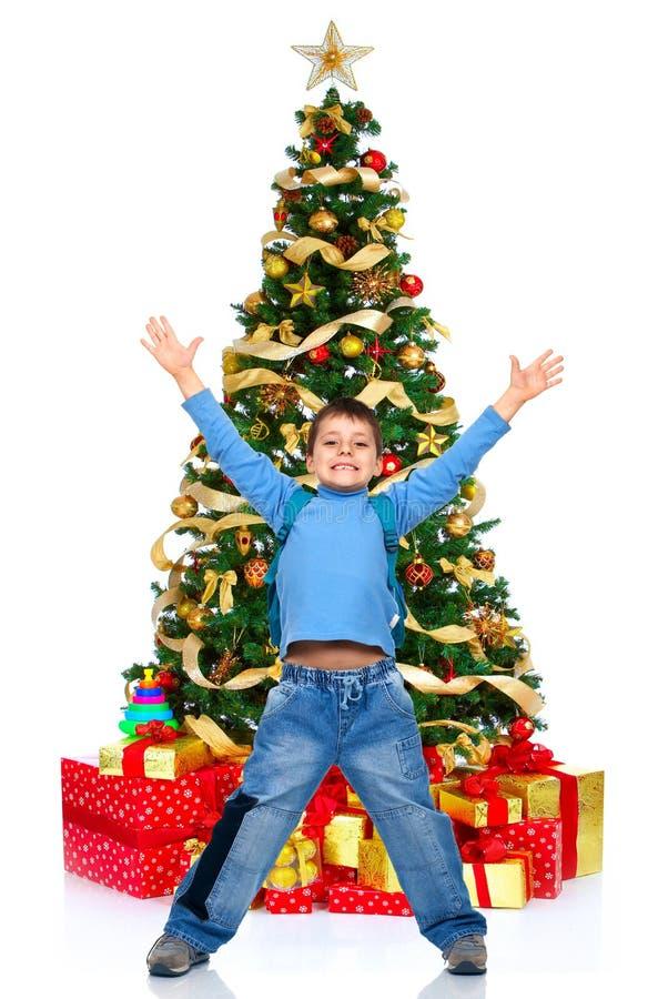 Junge und ein Weihnachtsbaum lizenzfreie stockfotos