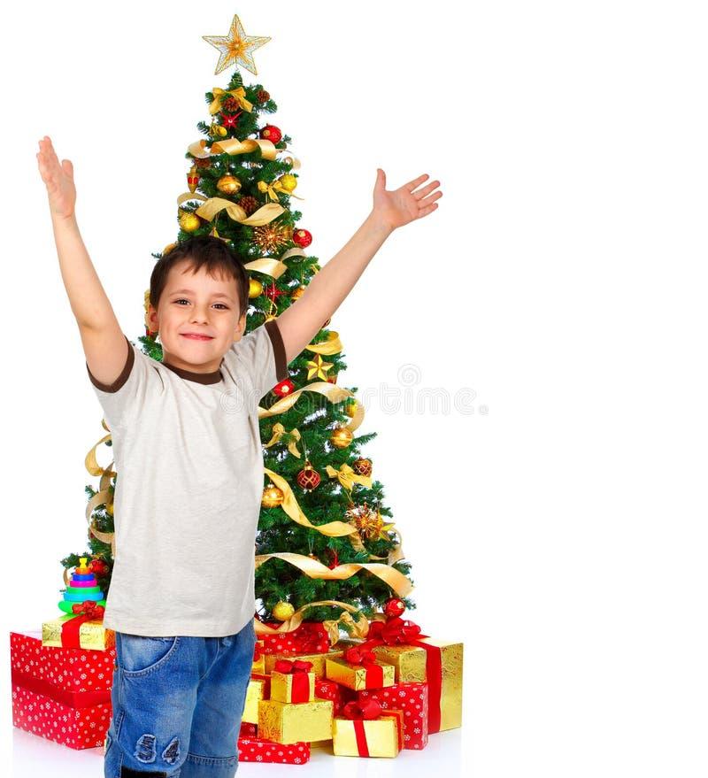 Junge und ein Weihnachtsbaum stockfotos