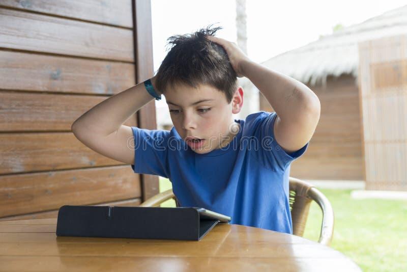 Junge und eine Tablette digital stockfotos