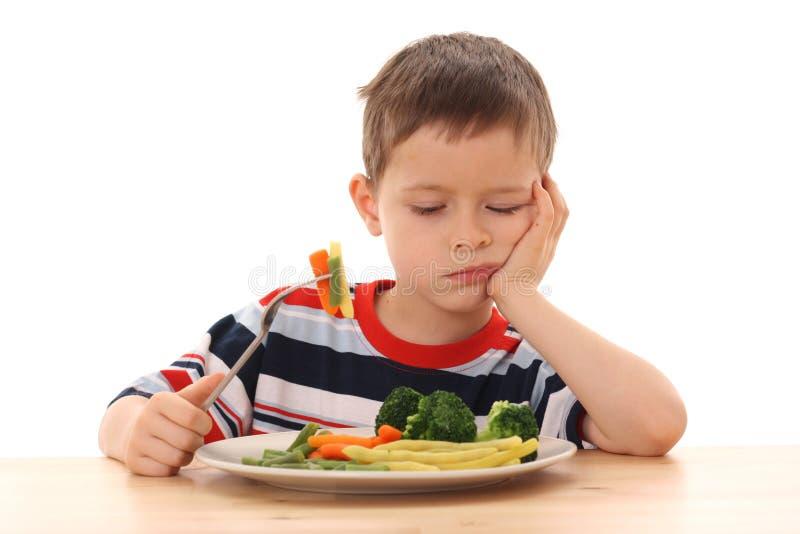 Junge und gekochtes Gemüse lizenzfreies stockfoto