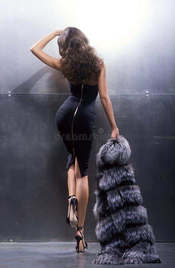 Junge und herrliche Schauspielerin in einem langen Kleid stockfoto