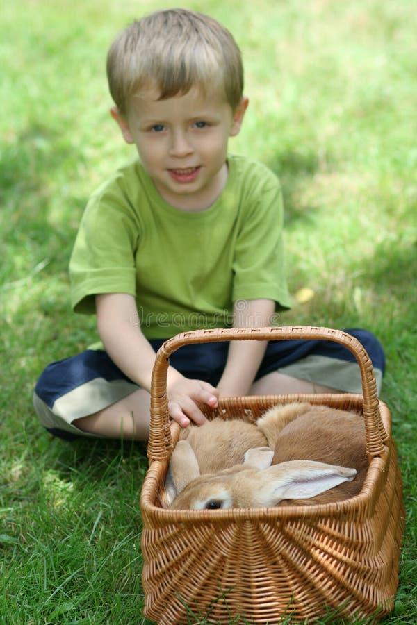 Junge und Kaninchen stockfoto