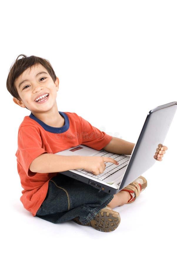 Junge und Laptop stockfoto