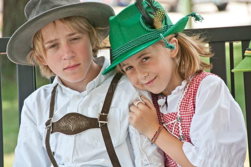 Junge und Mädchen in der Bayerisch-ähnlichen Kleidung lizenzfreie stockfotografie