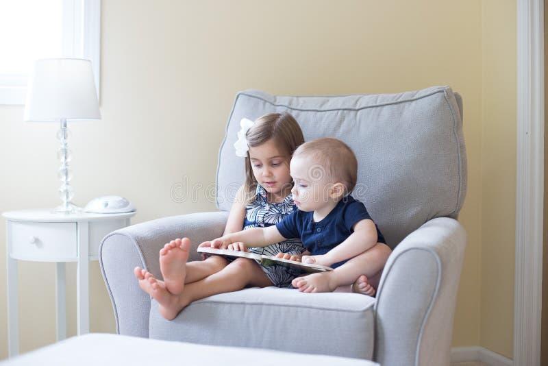 Junge und Mädchen, die ein Buch lesen stockfoto