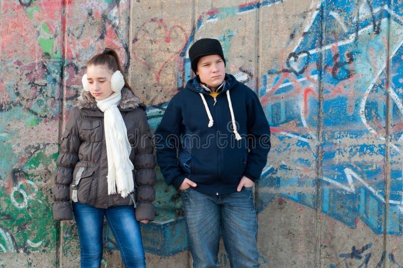 Junge und Mädchen, die einen Streit haben lizenzfreie stockbilder