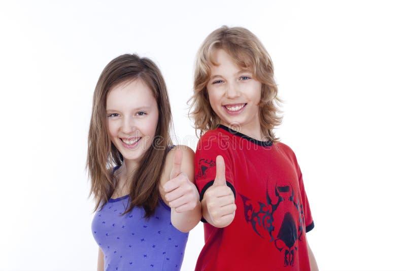 Junge und Mädchen, die sich Daumen zeigen lizenzfreie stockbilder