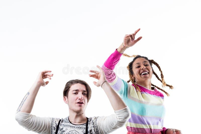 Junge und Mädchen, die Spaß an einer Partei haben lizenzfreies stockbild