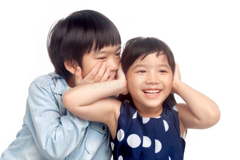 Junge und Mädchen, die zusammen spielen stockfotos