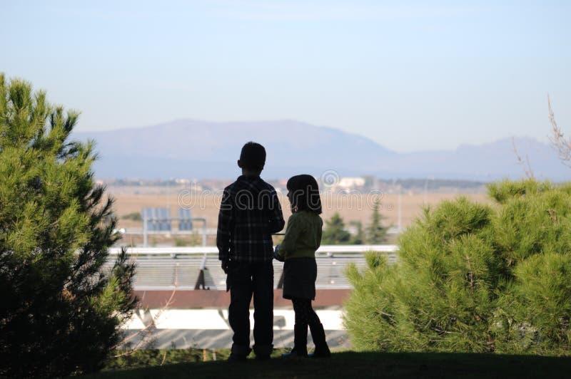 Junge und Mädchen, die zusammen stehen lizenzfreie stockfotografie
