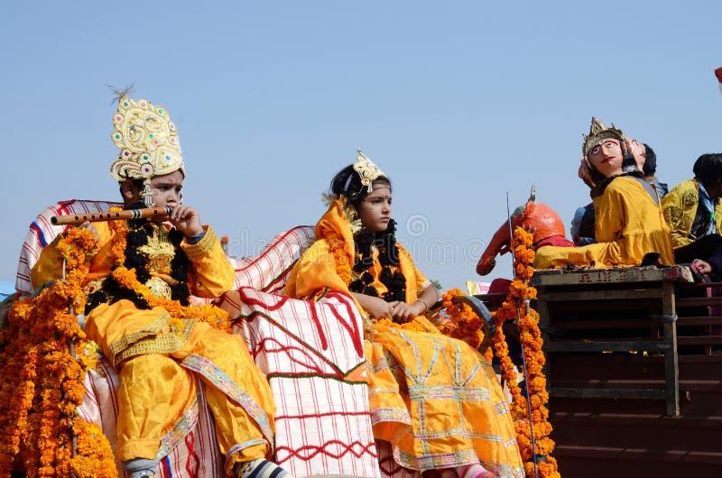 Junge und Mädchen gekleidet als Lord Krishna und seine Frau Rukmini an der Pushkar-Viehmesse, Rajasthan, Indien stockfotos