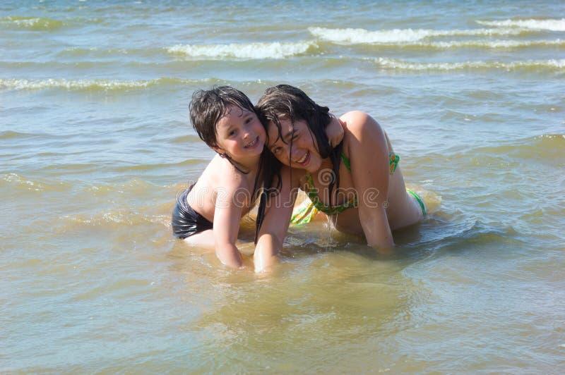 Junge und Mädchen im Wasser stockfoto