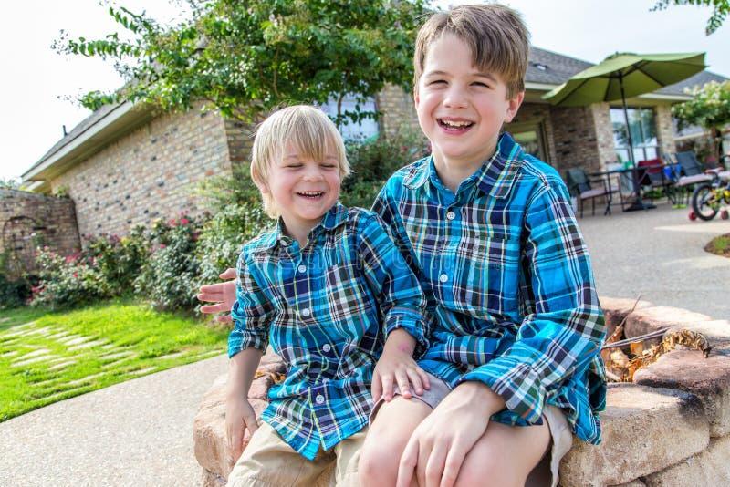 Junge und Mädchen nebeneinander lizenzfreies stockfoto