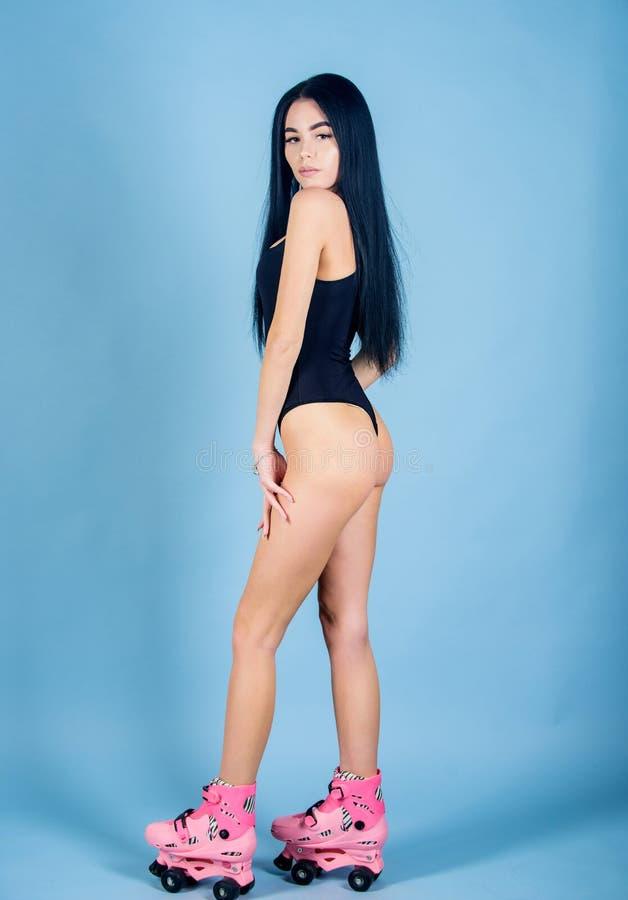 Junge und M?dchen, die auf surfendem Schreibtisch und Blick auf blauem Meer sitzen Frau mit perfekten Hinterteilrollschuhlaufen L stockfotos