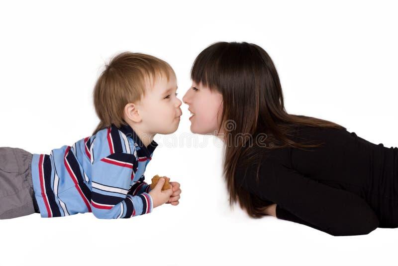 Junge und Mutter lizenzfreie stockbilder