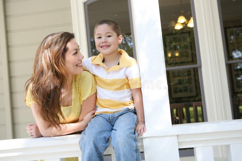 Junge und Mutter zu Hause stockbild