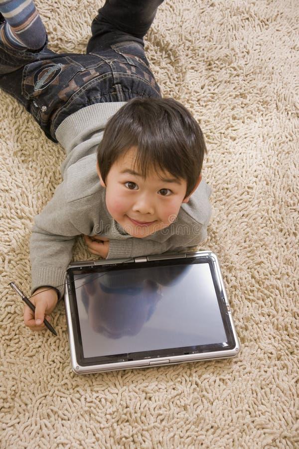 Junge und Notizbuch stockfoto