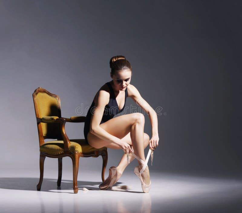 Junge und schöne Ballerina mit einem perfekten Körper lizenzfreie stockfotos