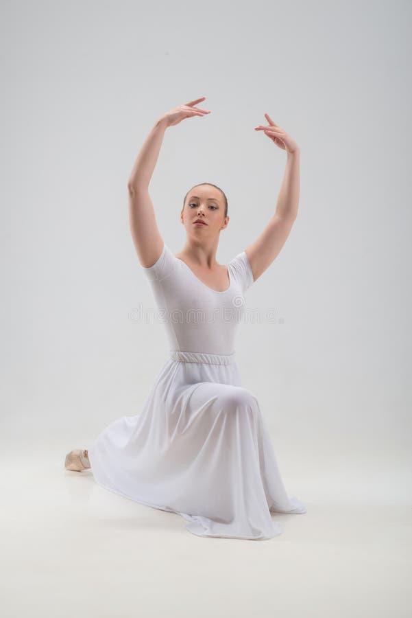Junge und schöne Balletttänzeraufstellung lokalisiert lizenzfreie stockfotografie