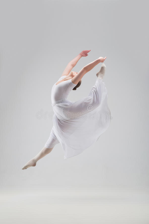 Junge und schöne Balletttänzeraufstellung lokalisiert lizenzfreies stockbild