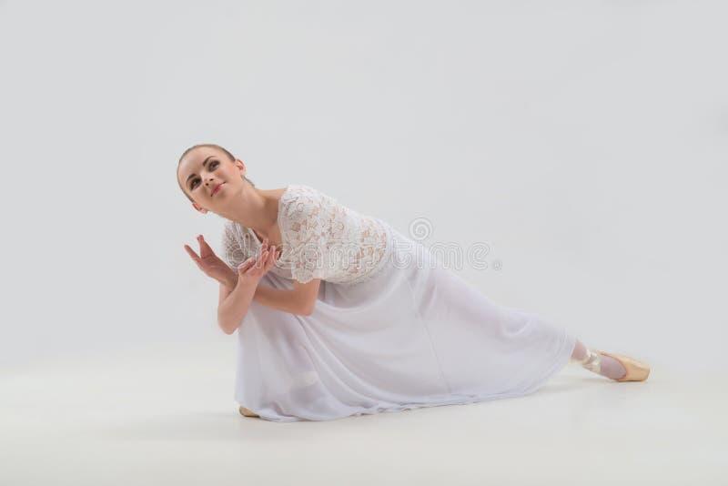 Junge und schöne Balletttänzeraufstellung lokalisiert stockfoto