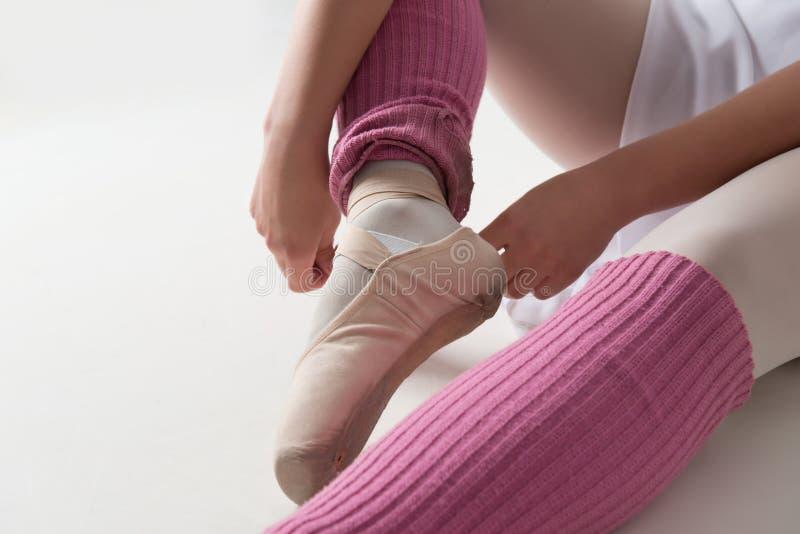 Junge und schöne Balletttänzeraufstellung lokalisiert lizenzfreie stockbilder