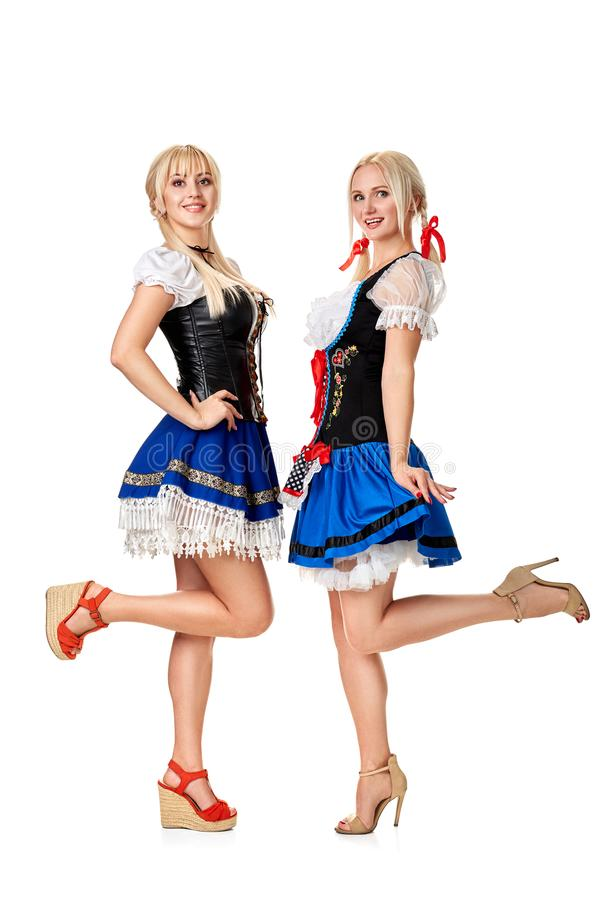Junge und schöne bayerische Mädchen auf weißem Hintergrund stockfotos