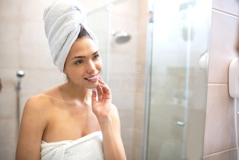 Junge und Schönheit im Badezimmer lizenzfreie stockbilder