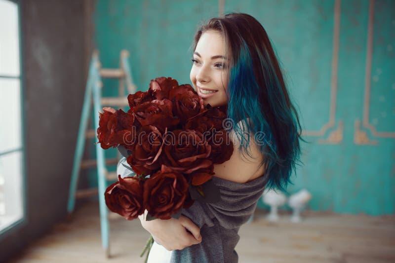 Junge und Schönheit mit Blumenstrauß von Rosen lizenzfreies stockbild