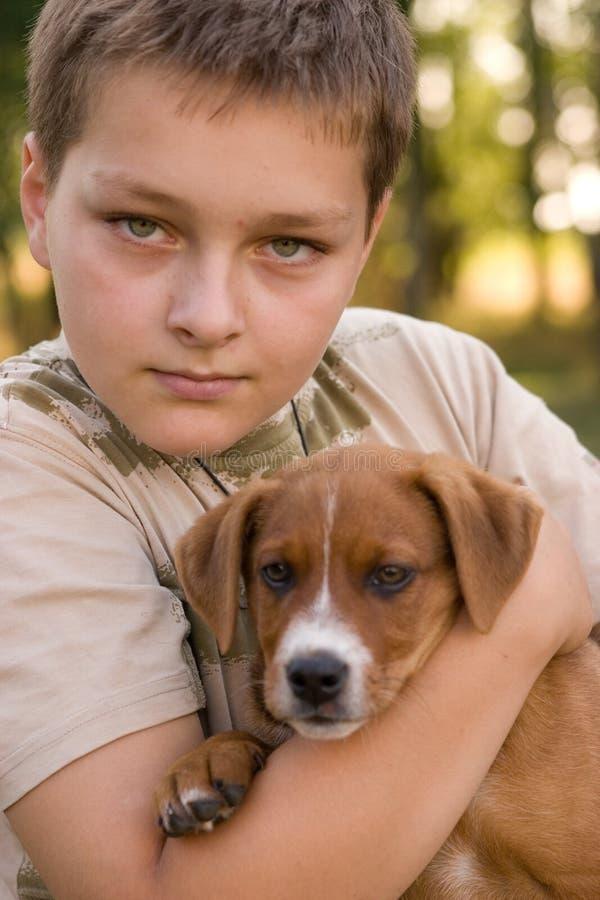 Junge und sein Haustier stockfotografie