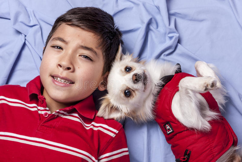 Junge und sein kleiner Hund lizenzfreie stockfotografie